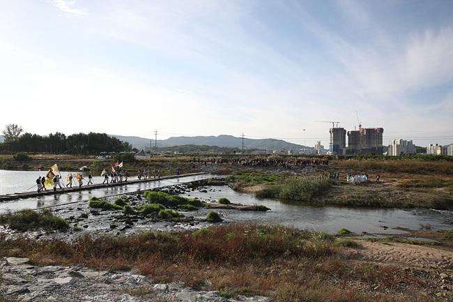구만리뜰에서 펼쳐진 2017 장위공 서희문화제 이섭대천 퍼포먼스 (3).jpg
