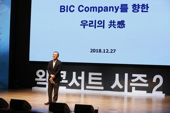 (SK하이닉스) 이석희 SK하이닉스 CEO가 왁콘서트에서 임직원들과 소통하고 있다_1.jpg